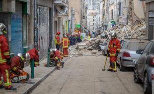 Des pompiers déblaient les gravats rue d'Aubagne à Marseille
