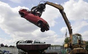 """Le ministre de la Relance Patrick Devedjian a indiqué mardi que la prime à la casse permettrait """"de l'ordre de 100.000 voitures supplémentaires à la vente sur une année""""."""