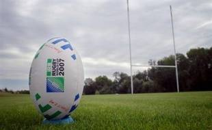 Le ballon de rugby est ovale, seul objet du désir à ne pas être sphérique: des billes à la balle de tennis, du ballon de foot à celui de basket, ils sont tous ronds. Sauf lui, l'ovoïde, l'ovni au rebond fantasque, l'oeuf accouché par la mêlée, comme venu du fond des temps.