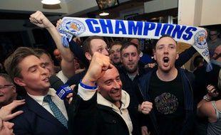 Les supporters de Leicester célèbrent le titre de leur équipe lundi soir.