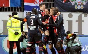 Le Paris SG, leader de la Ligue 1, a été parfois malmené à Brest samedi lors de la 21e journée, mais il s'est imposé 1-0, ce qui lui permet de conserver ses trois points d'avance sur son dauphin Montpellier, vainqueur in extremis à Nice (1-0).