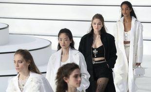Gigi Hadid, en noir, pour un défilé Chanel en mars 2020