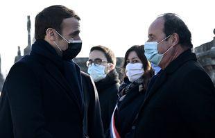 Le président français Emmanuel Macron (à gauche) salue son prédécesseur François Hollande (à droite) alors qu'il arrive pour une cérémonie d'hommage sur la tombe de l'ancien président François Mitterrand marquant le 25e anniversaire de sa mort, le 8 janvier 2021 au cimetière de Jarnac.