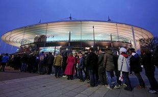 Les spectateurs attendent de rentrer au stade de France, le 19 mars 2016.