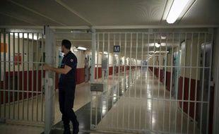 Un gardien de prison ferme un grille à la prison de Fleury-Mérogis, le 29 octobre 2015