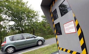 Une voiture passe devant un radar à Saint Jean d'Illac, près de Bordeaux, le 12 mai 2011.