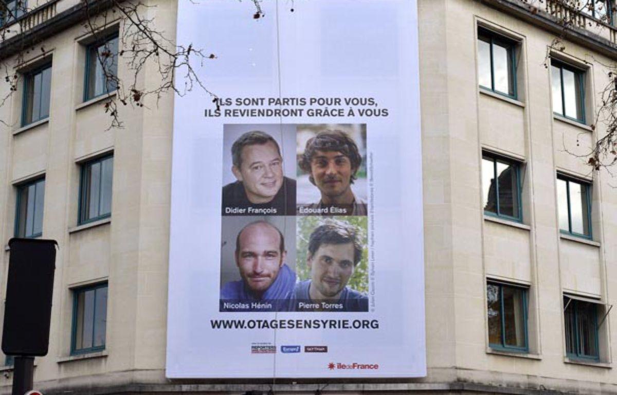 Mise en place de l'affiche en soutient aux otages francais en Syrie à Paris le 6 janvier 2014 – Arnaud GUILLAUME/SIPA