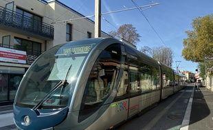 Essai du tramway sur la ligne D, au Bouscat dans la banlieue de Bordeaux.