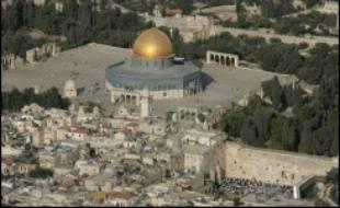 """Le Mur occidental (mur des Lamentations), ultime vestige du second Temple juif de Salomon et lieu le plus sacré du judaïsme, se trouve lui aussi en contrebas de cette esplanade, que les juifs appellent """"le Mont du Temple""""."""