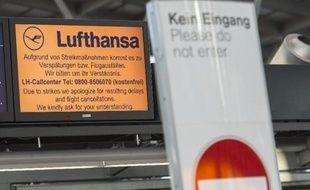 Annonce de Lufthansa prévenant les voyageurs de l'aéroport allemand de Stuttgart des retards et annulations occasionnés par les grèves, le 18 mars 2015