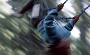 Illustration d'un enfant sur une balançoire.
