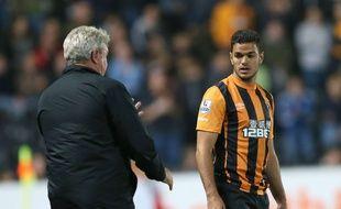 Hatem Ben Arfa en discussion avec son entraîneur Steve Bruce lors d'un match entre Hull City et West Ham, le 15 septembre 2014.