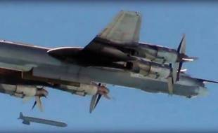Capture d'écran publiée le 19 novembre 2015 sur le compte Facebook du ministère russe de la Défense, montrant un bombardier Tupolev Tu-95 larguant un missile de croisière lors de frappes aériennes sur la Syrie