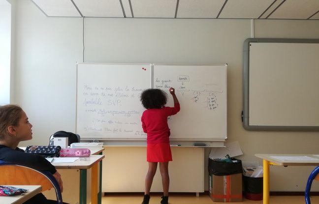 Future élève de CM2 dès la rentrée, Rose travaille le français en écrivant une phrase composée avec ses deux seuls camarades de stage de réussite de fin d'été.