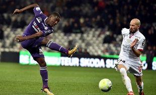 Le Toulousain Max-Alain Gradel face au Niçois Christophe Jallet, le 29 novembre 2017 au Stadium de Toulouse.