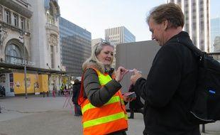 La distribution de cendriers de poche ce mardi devant la gare de Lyon
