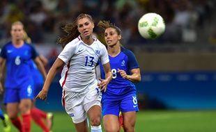 Alex Morgan s'est souvent illustrée face aux Bleues, comme ici face à la joueuse lyonnaise (et ex-parisienne) Jessica Houara aux JO de Rio.