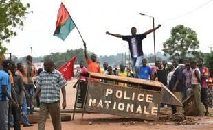 Des jeunes bloquent une route à Houndé, dans l'est du Burkina Faso, pour protester contre le coup d'Etat, le 19 septembre 2015