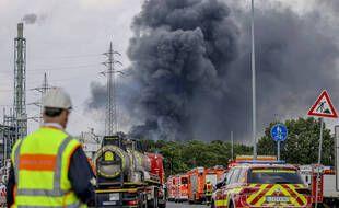 Les véhicules d'urgence des pompiers, des services de secours et de police en opération après une explosion d'origine inconnue sur un site d'entreprises chimiques Chempark à Lerverkusen, dans l'ouest de l'Allemagne, où a été signalé un important dégagement de fumée.