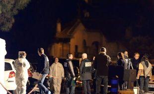 La police sur le lieu où un homme a été tué par des tirs de kalachnikov, le 8 février 2016 à Marseille