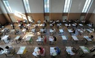 Une illustration d'une salle d'examen pendant le bac