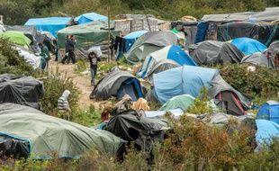 """Le camp de la """"nouvelle jungle"""", le 7 octobre 2015 à Calais, d'où les migrants tentent désespérement de gagner la Grande-Bretagne"""