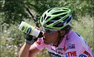 L'Italien Danilo Di Luca (Liquigas) a remporté la quatrième étape du Tour d'Italie cycliste, mercredi, au sommet de Montevergine di Mercogliano, et a endossé le maillot rose de leader.