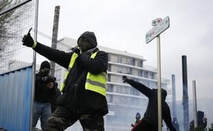 Un manifestant armé d'une fronde lors de l'acte 9 des «gilets jaunes», le 12 janvier 2019 à Caen. Illustration.