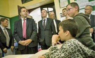 Luc Chatel, ministre de l'Education, en visite dans l'école publique de Lusanger.