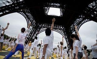 Illustration d'un cours de yoga géant au pied de la Tour Eiffel, le  21 juin 2015.