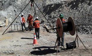 Des ouvriers autour de l'installation qui permet de communiquer avec les mineurs bloqués à 700 mètres de profondeur au Chili, le 29août 2010.