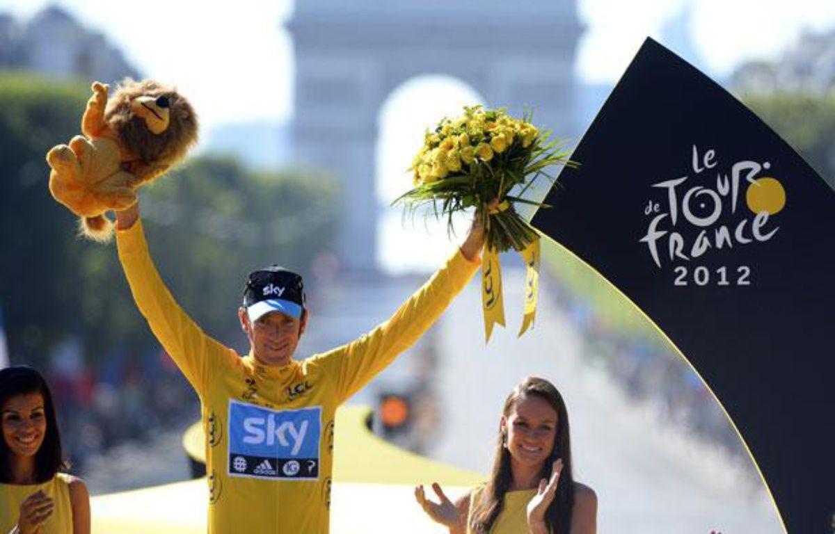 Le Britannique Bradley Wiggins  célèbre sa victoire sur le 99e Tour de France, à Paris, le 22 juillet 2012. – REUTERS/Jerome Prevost/Pool