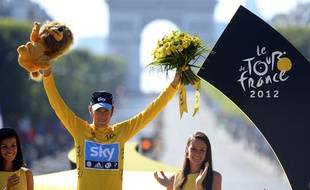 Le Britannique Bradley Wiggins  célèbre sa victoire sur le 99e Tour de France, à Paris, le 22 juillet 2012.
