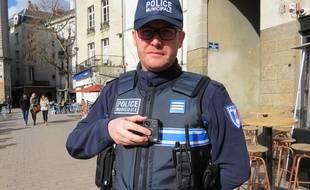 Un policier municipal actionne une caméra-piéton à Nantes.