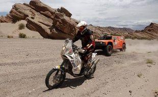 Le pilote Américain Robby Gordon (en voiture) lors du dépassement du motard Eric Palante sur le Dakar, le 4 janvier 2012 entre san Juan et Chilecito, en Argentine.