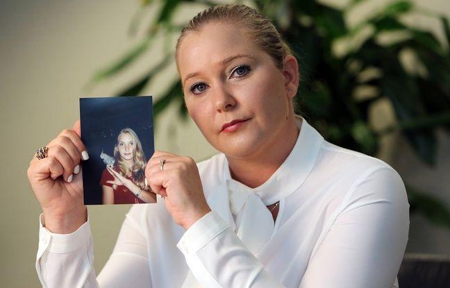 Virginia Roberts Giuffre tient une photo d'elle à 16 ans, quand elle a rencontrée Jeffrey Epstein.