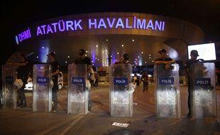 L'aéroport d'Istanbul-Atatürk bouclé par la police turque, le 28 juillet.
