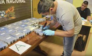 Un policier argentin ouvre un paquet de cocaïne retrouvé dans une annexe de l'ambassade de Russie à Buenos Aires, le 14 décembre 2016.