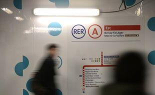 Un voyageur circule dans les couloirs du RER A, en Ile-de-France (image d'illustration).
