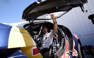 Le Français Cyril Despres à bord de sa Peugeot, avant le départ du Dakar, le 2 janvier 2015.
