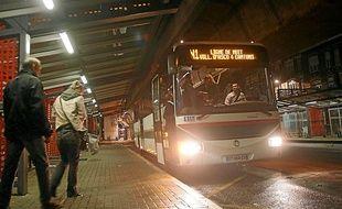 Un arrêt de bus, la nuit, porte de Valenciennes à Lille.