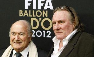 Gérard Depardieu avec le président de la Fifa, Sepp Blatter, lors de la remise du Ballon d'Or le 7 janvier 2013.