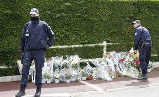 Deux policiers non loin du domicile du couple de policiers assassinés par Larossi Abballa deux jours après les faits le 15 juin 2016