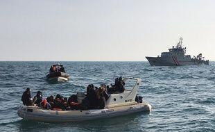 (Illustration) Cette photo publiée par la Société Nationale de Sauvetage en Mer (SNSM) le 18 février 2019 montre des sauveteurs britanniques secourir une vingtaine de migrants sur un bateau semi-rigide, qui tentaient de traverser la Manche depuis la France.