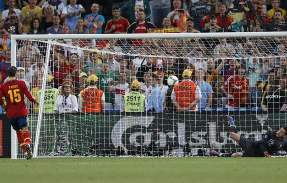 Sergio Ramos tire son penalty face au Portugal, le 26 juin 2012 – D.STAPLES/REUTERS