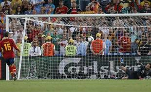Sergio Ramos tire son penalty face au Portugal, le 26 juin 2012