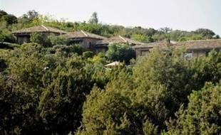 """Selon le président UMP de l'Assemblée de Corse, Camille de Rocca-Serra, """"les mesures adaptées n'avaient pas été prises"""" par M. Rossi pour empêcher l'occupation de la villa de l'acteur. Le député UMP habite dans une propriété proche."""