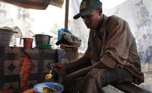 Un jeune homme mange son bol de riz au Sénégal, alors que les prix alimentaires ont explosé en début d'année 2011.