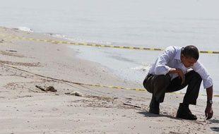Le président Barack Obama inspecte une plage de Louisiane souillée par le pétrole échappé de la plateforme BP, le 28 mai 2010.