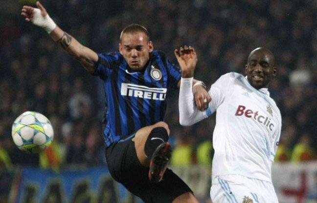 Le Marseillais Alou Diarra à la lutte avec Wesley Sneijder de l'Inter Milan, le 22 février 2012 à Marseille.